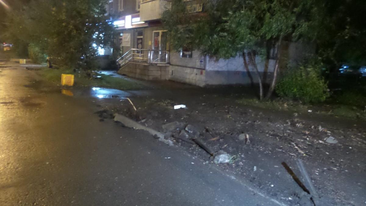 Около 50 метров машина проехала по тротуару