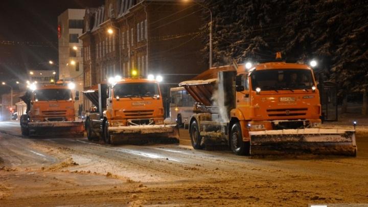 Ночью в Уфе на дороги вышли 200 снегоуборочных машин
