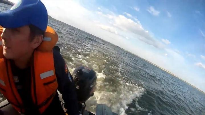 Плавать умели не все: компанию из семи человек на надувных матрацах унесло от берега и перевернуло