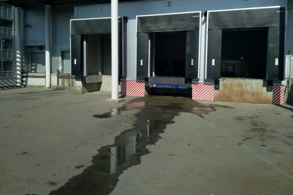 Вода из помещений вытекала на паркинг