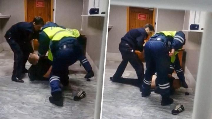 Гаишники, набросившиеся на ярославца в отделении, продолжают работать в полиции