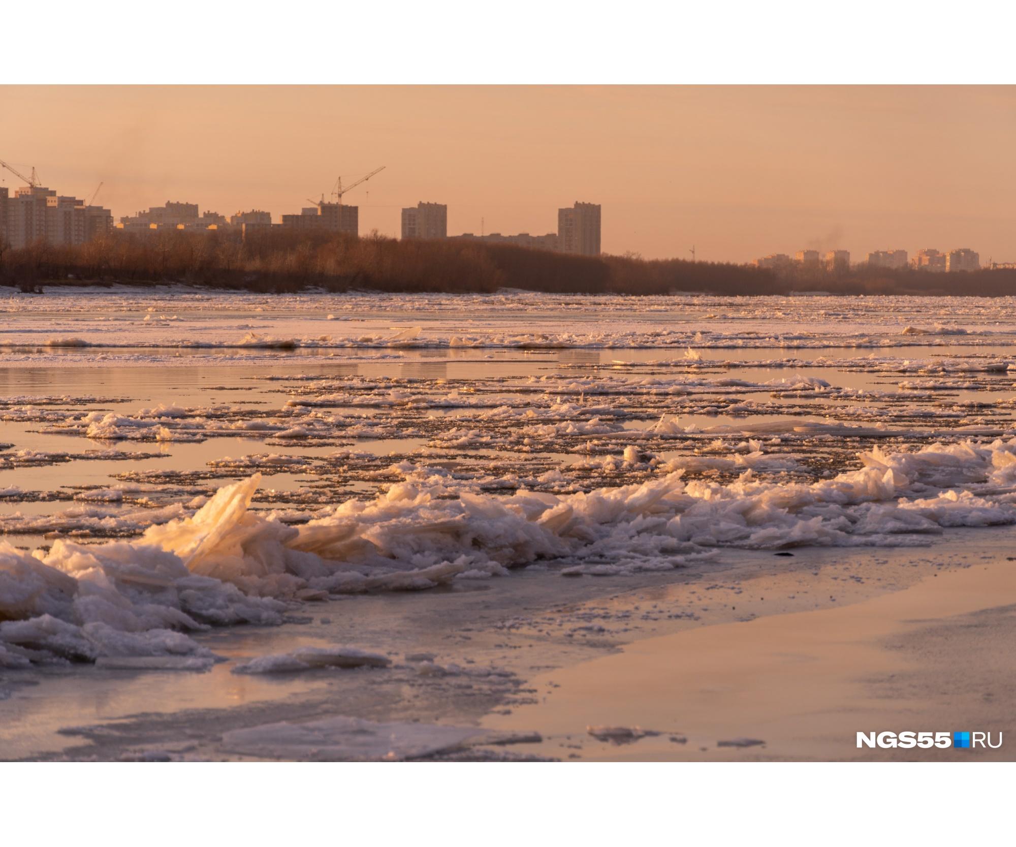 Некоторые из льдин выглядят настолько острыми, что кажется, словно о них можно порезаться