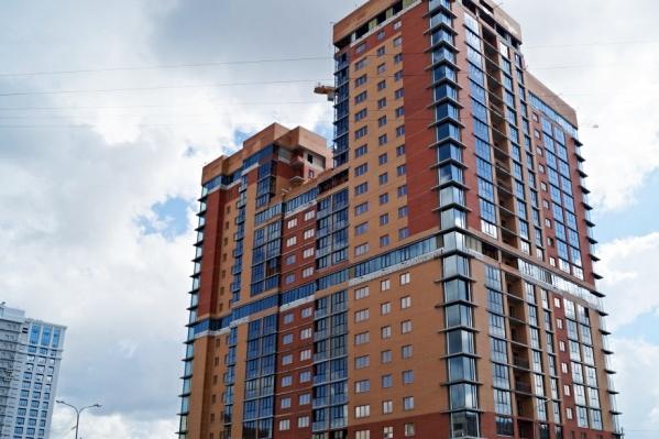 В элитной краснокирпичной высотке— 233 квартиры от 45 до 148 квадратов. Свой подземный паркинг, закрытая территория двора.Дату долгожданного новоселья для 124 дольщиков застройщик уже переносил несколько раз<br><br>