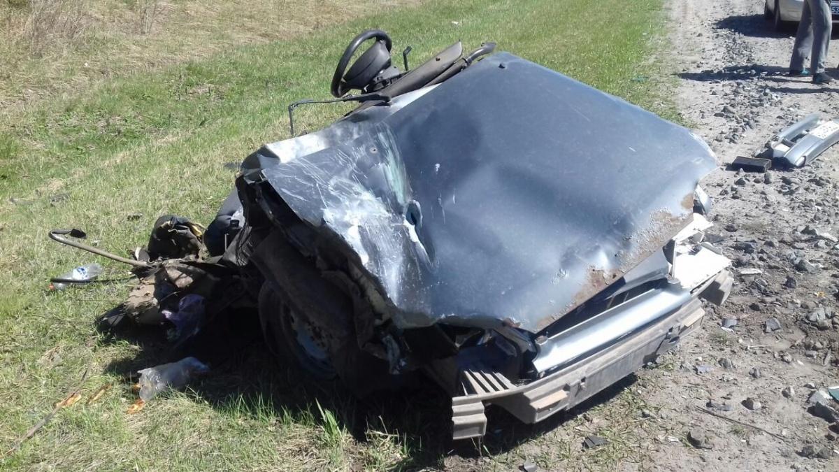 Машину разорвало на части: на Тюменском тракте водитель ВАЗа погиб после лобового столкновения