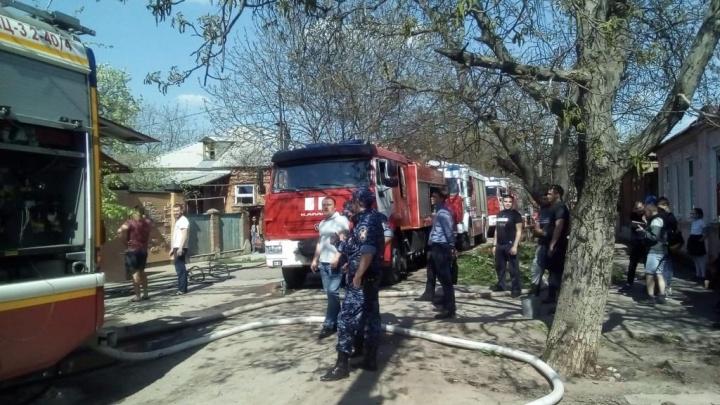 Сильный пожар на улице Челюскина в Ростове тушили несколько десятков спасателей