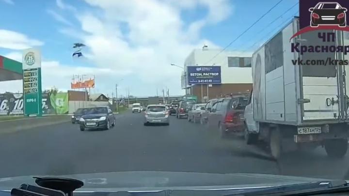 Водитель грузовика увлёкся поеданием мороженого и собрал «паровозик» на Брянской