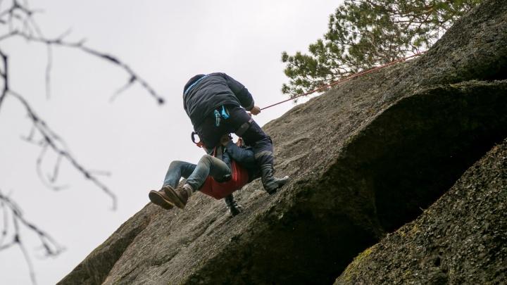 Туристка сорвалась со скалы на «Столбах» и травмировала ногу