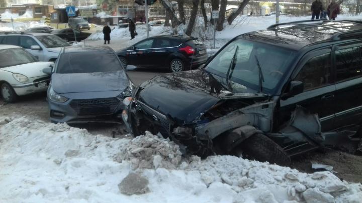 Пять машин сошлись в жёстком ДТП на Кропоткина: есть пострадавший
