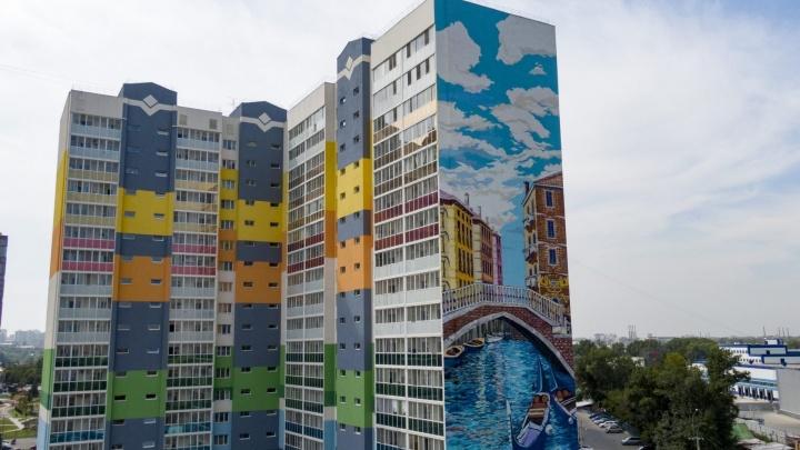 Жить среди красоты: дома с художественными фресками и видом на голубую гладь реки