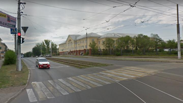 «Бросались врассыпную»: на Южном Урале водитель сбил вожатую, переводившую детей