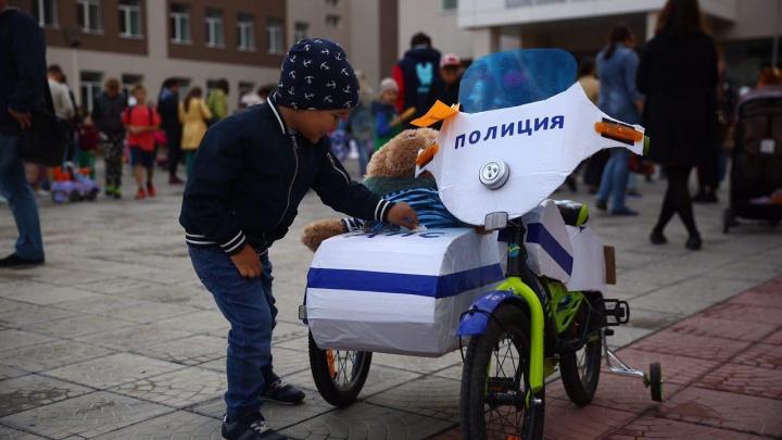 Новосибирцы устроили парад с колясками в виде полицейских мотоциклов и воздушных шаров