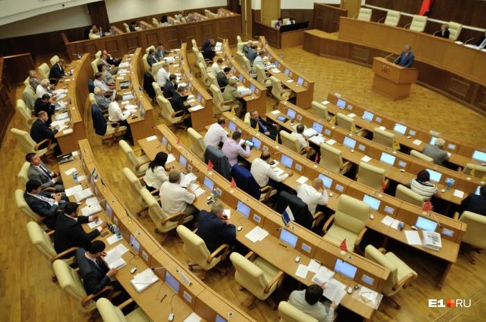 У представителей законодательной власти зарплаты были самыми высокими — почти 73 тысячи рублей в месяц