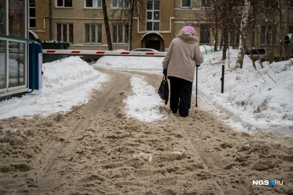 Дворы и дороги Новосибирска завалило снегом, который никто не торопится чистить