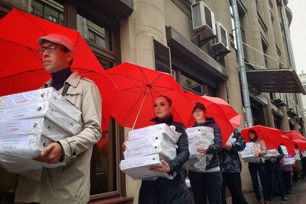 Активисты передали в приемную президента 1 миллион листовок с подписями граждан