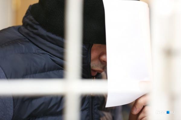 Рустам Фатуллаев прикрывался шапкой, курткой и листом бумаги. Он очень не хотел, чтобы журналисты фотографировали его лицо