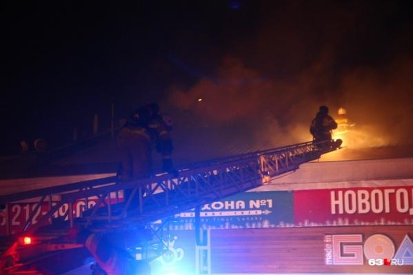 Чтобы добраться до источника горения, пожарные использовали автолестницы