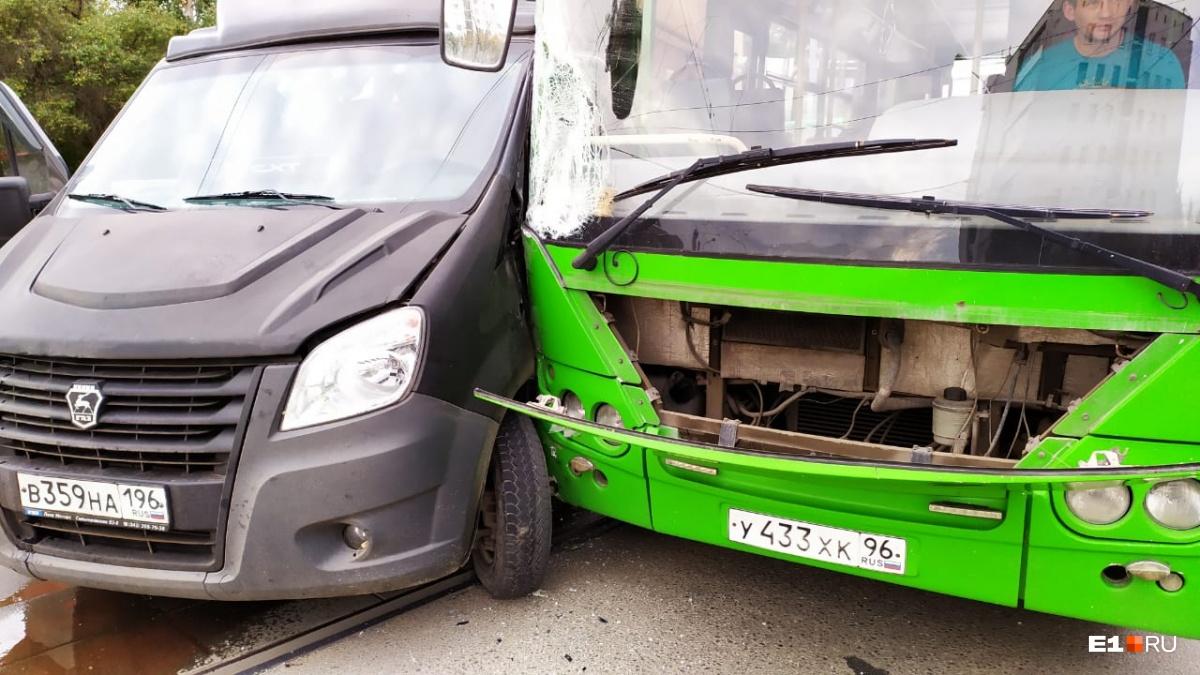 Машины получили повреждения