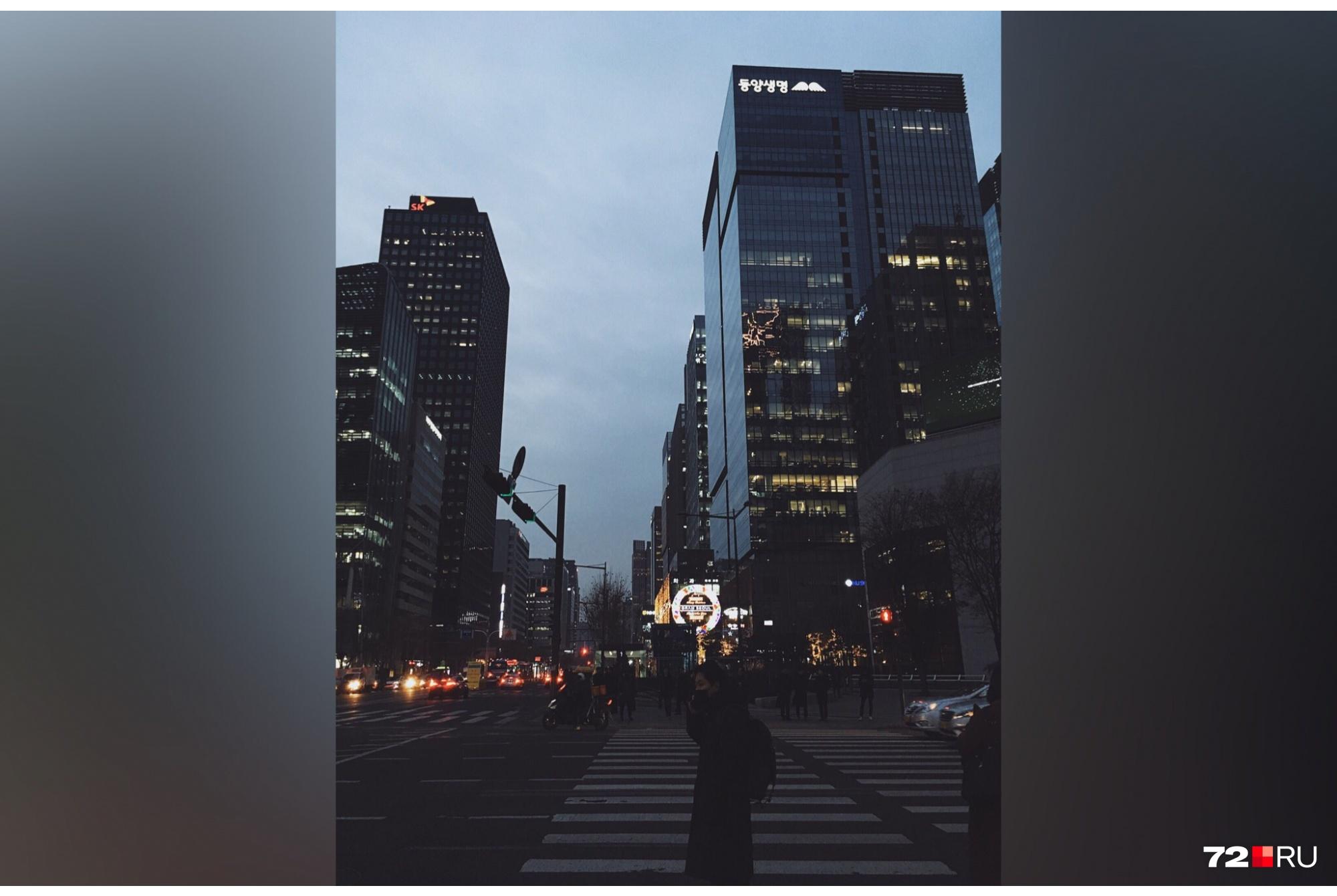 Многие сеульцы обожают ходить пешком. В центре города людно в любое время суток