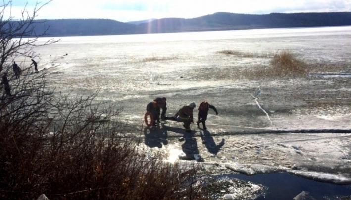 Спасатели вывезли со льда рыбака со сломавшимся снегоходом