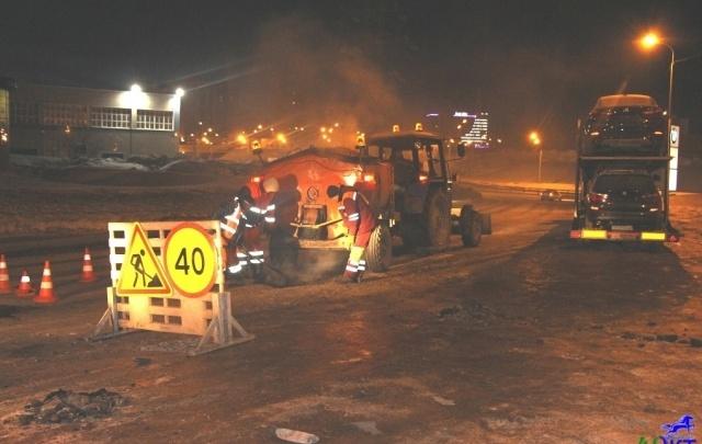 В Уфе коммунальные службы ремонтируют дороги даже ночью