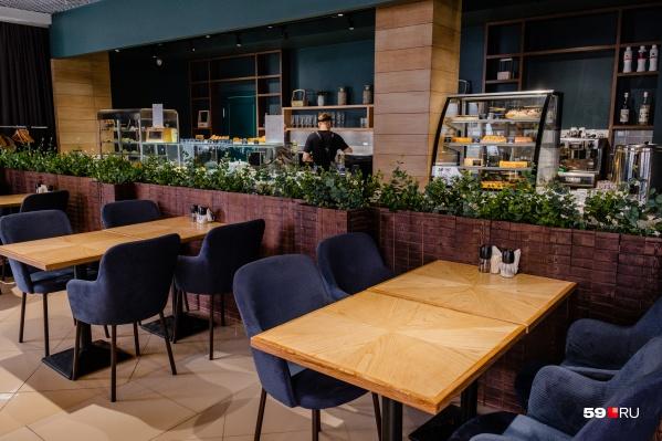 Кафе быстрого питания находится на первом этаже бизнес-центра «Привилегия»