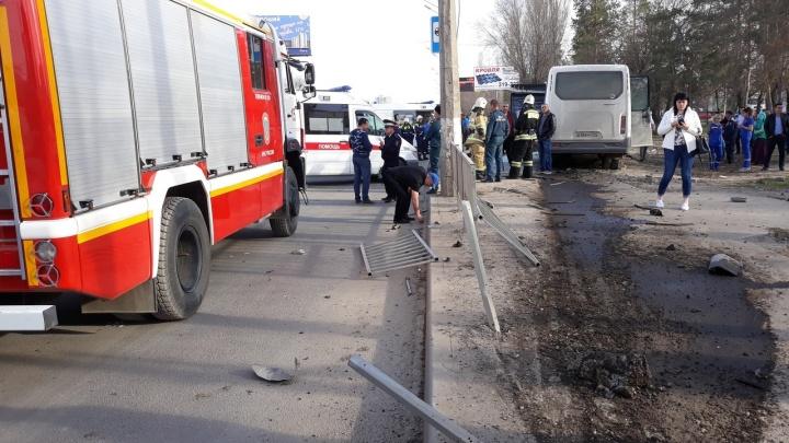 Опубликовано видео страшной аварии на остановке в Дзержинском районе Волгограда