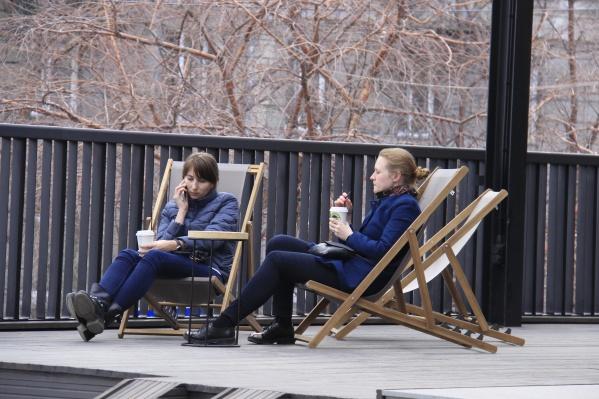 Шезлонги на площадке у кафе «Чашка кофе» на улице Ленина