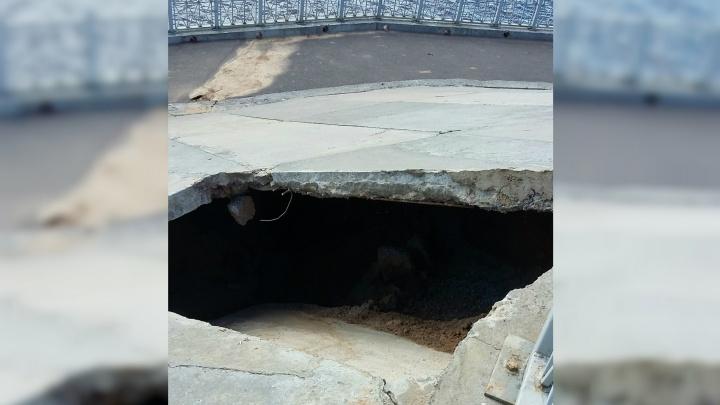 Вот это дыра! В Рыбинске на набережной обвалилась смотровая площадка