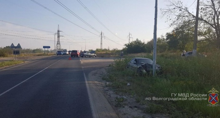 Забыл про дистанцию: в Волгограде водитель вытолкнул машину на встречку и протаранил столб
