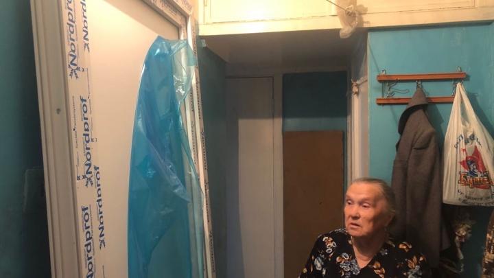 В Екатеринбурге 84-летней пенсионерке продали пластиковую дверь вместо металлической