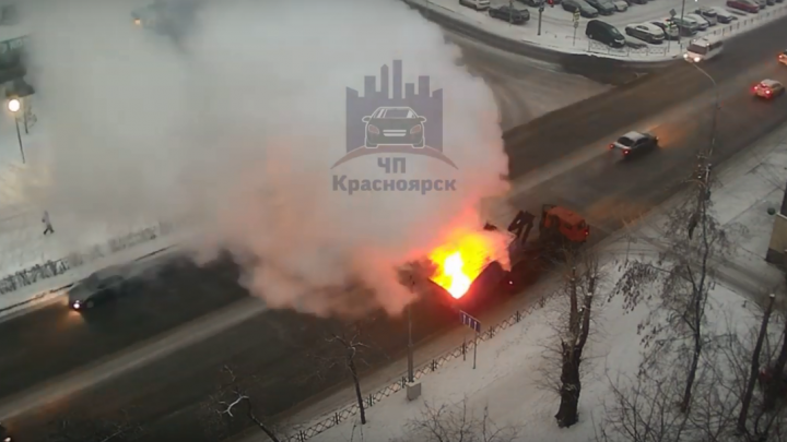 В центре Красноярска на ходу загорелся КАМАЗ