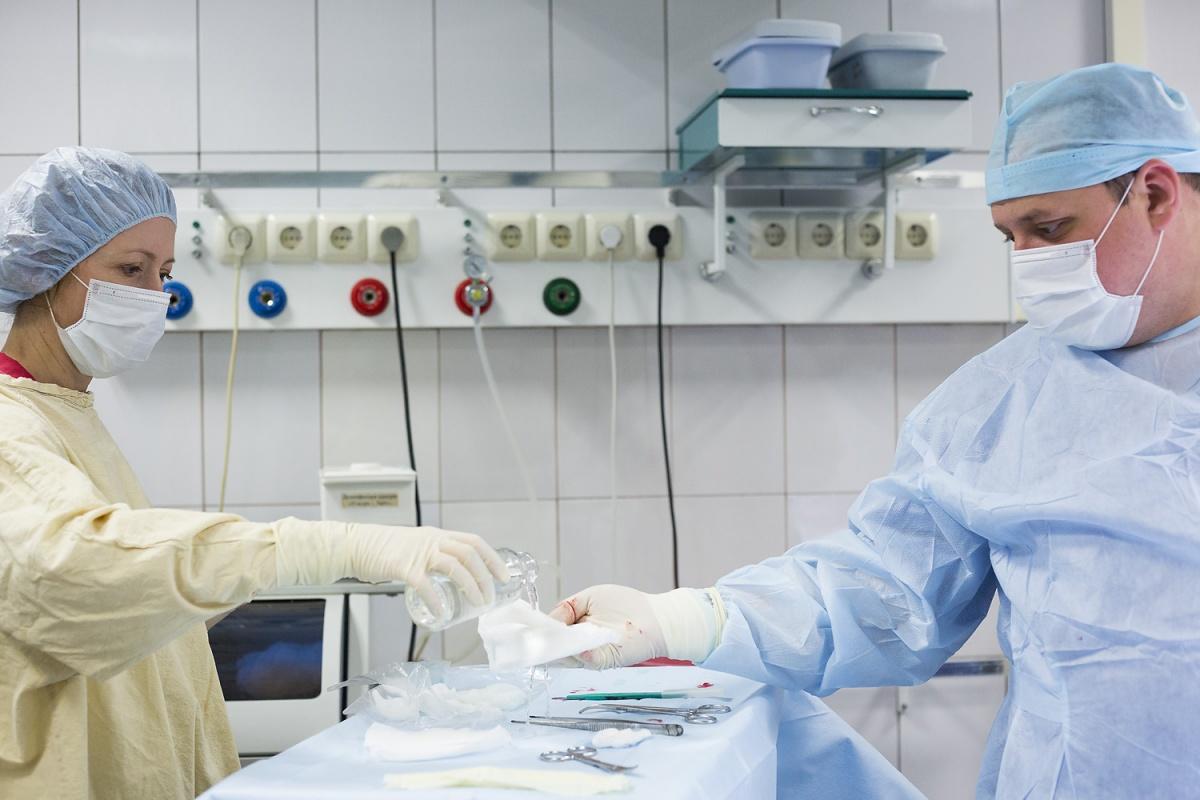За смену хирург может зайти десять раз в операционную, а за следующую — максимум один раз