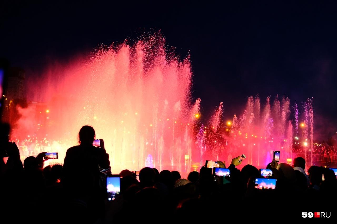 На открытие фонтана пришли несколько тысяч человек