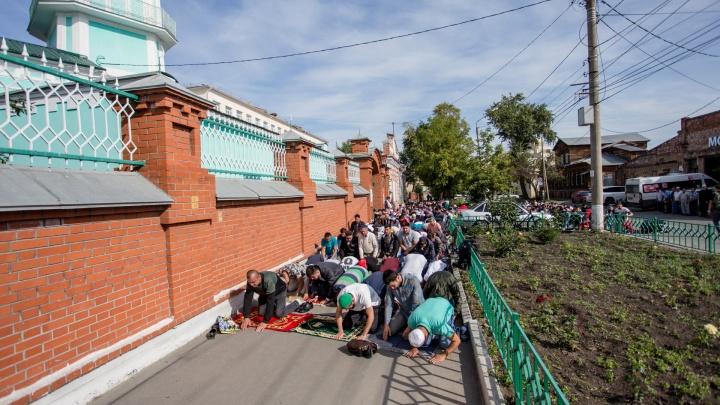 Барашки в прицепе, 20 кг риса и молитва на тротуаре: мусульмане в Челябинске празднуют Курбан-байрам