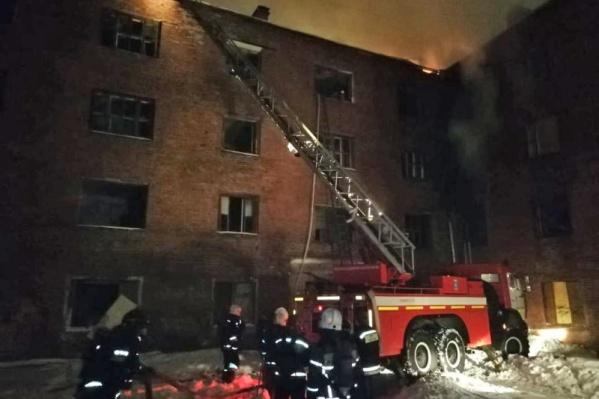 В тушении задействовали десять пожарных стволов