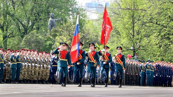Ветераны в медалях и солдат в обмороке. Смотрим самые яркие кадры с парада Победы в Нижнем Новгороде