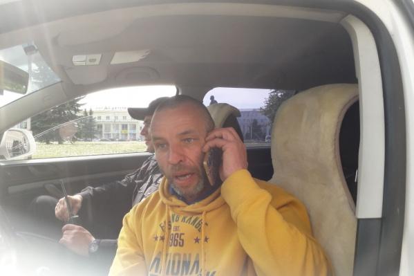 Полицейские задержали Анатолия Бызова на площади Ленина с бессрочной акции протеста