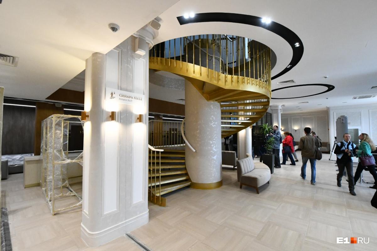 Красивая спиральная лестница на второй этаж, где находится концертный зал