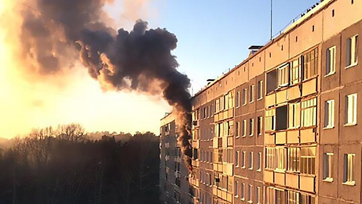 «Видим густой чёрный дым»: на Выборной загорелась 9-этажка