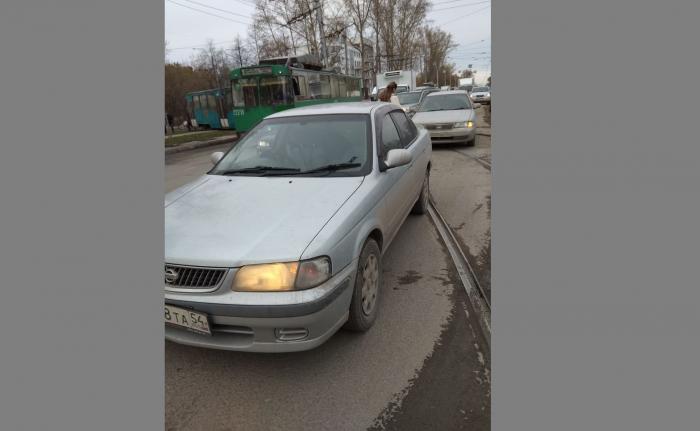 Столкнувшиеся автомобили перекрыли трамвайные пути