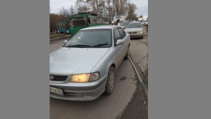 Два «Ниссана» перекрыли пути трамваям на Сибиряков-Гвардейцев