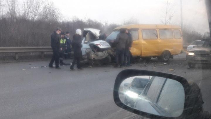 На Шакшинском мосту «Газель» врезалась в легковушку
