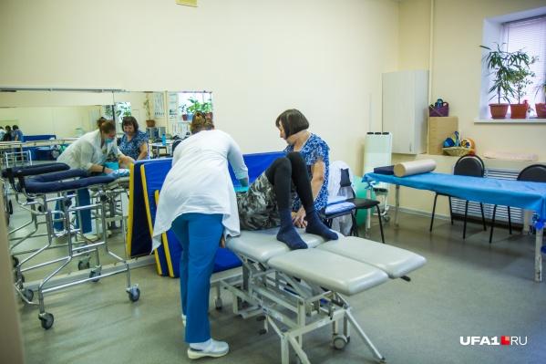 В реабилитационном отделении пациентов учат заново двигаться