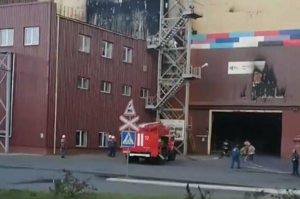 Пожар начался в вечернее время в металлургическом цехе завода