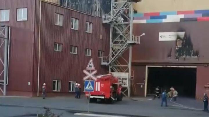 «Полыхает кабина башенного крана»: в Челябинской области на предприятии РМК произошло ЧП