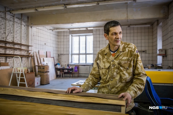 Юрий Кашкин в своей мастерской