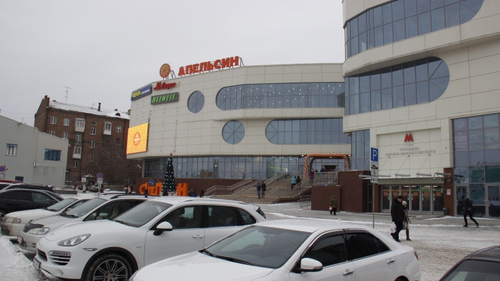 У вокзала открылся четырехэтажный торговый центр с супермаркетом, но без общепита