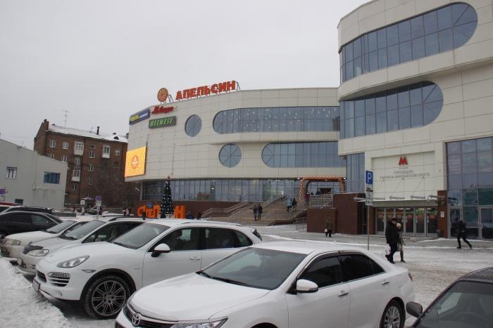 Перед зданием ТЦ организована открытая парковка