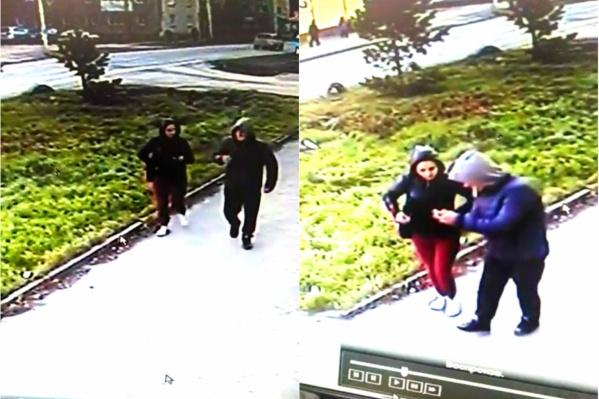 Подозреваемый носит синюю куртку с серым капюшоном