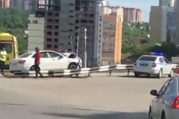 Автомобили выскочили за ограждение